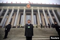 在北京召开两会期间中国安保人员在人大会谈外站岗。(2016年3月4日)