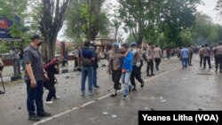Polisi mengamankan seorang mahasiswa dalam aksi unjuk rasa penolakan UU Cipta Kerja yang diwarnai bentrokan antara mahasiswa dan polisi di Palu, Sulawesi Tengah, Kamis, 8 Oktober 2020. (Foto: VOA/Yoanes Litha)
