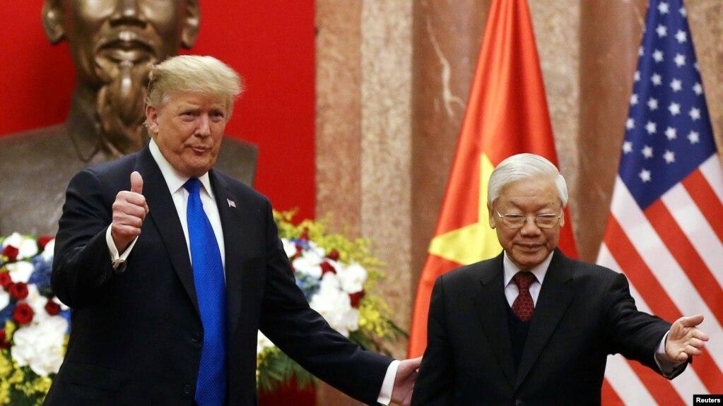 Tổng bí thư-Chủ tịch nước Việt Nam Nguyễn Phú Trọng và Tổng thống Mỹ Donald Trump tại Hà Nội hôm 27/2. Theo các chuyên gia, ông Trọng sẽ không tới thăm Mỹ trong năm nay vì lý do sức khỏe.