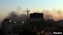 De la fumée s'échappe du centre-ville de Khartoum, le 9 décembre 2012.