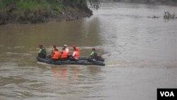 Anggota Kopassus sedang membersihkan sungai Bengawan Solo (Foto: dok)