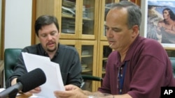 """Alfred """"Bud"""" Lane (right), among the last speakers of a language from Oregon called Siletz Dee-ni, works with linguist Gregory Anderson to record words for a talking dictionary. Lane is using the dictionary to teach the vanishing language to youths."""
