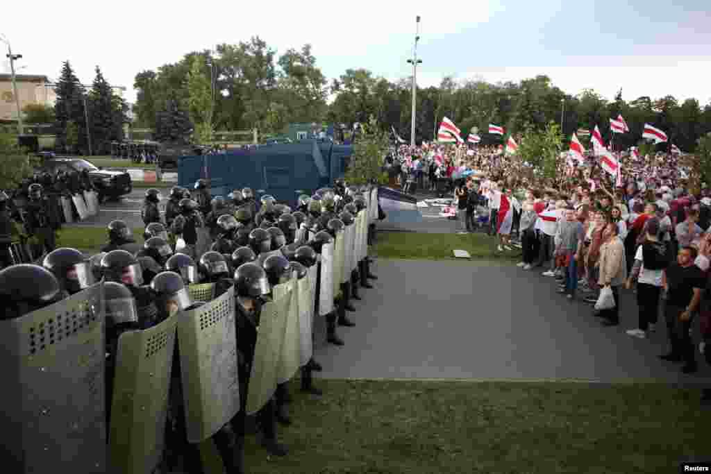 احتجاج روکنے کے لیے مظاہرین کے خلاف مبینہ طور پر طاقت کا بھی استعمال کیا گیا ہے۔