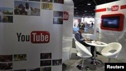Seorang pengunjung di anjungan YouTube dalam pameran perusahaan rekaman musik dan video musik (MIDEM) di Cannes (Foto: dok). Penelitian Pew menunjukkan situs YouTube makin populer sebagai sumber berita dalam 15 bulan terakhir.