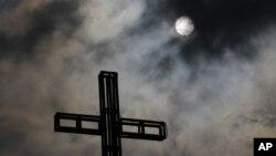 Awan gelap membayangi sebuah gereja di pinggiran kota Quezon, sebelah utara Manila, Filipina. (Foto: Dok)