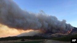 Kebakaran membakar bukit-bukit di sepanjang jalan raya CA-126, sebelah barat laut Fillmore, California, 7 Desember 2017. (Foto: dok).