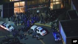 Cотрудники правоохранительных органов у торгового центра на севере Нью-Джерси. 4 ноября 2013г.