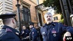 Policija na uviđaju u čileanskoj ambasadi u Rimu gde je ranije danas povređen službenik koji je otvorio paket u kojem se nalazila bomba, 23. decembar 2010.