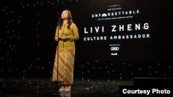 Sutradara Indonesia, Livi Zheng, saat menerima penghargaan di ajang 'The Unforgettable Gala' di AS (Dok: Livi Zheng).