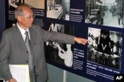 台北市中山堂在2010年10月25号台湾光复节前夕举办了中华民国国军抗日回顾展览。台湾省省主席林政则手指在中山堂举行日本投降典礼的照片