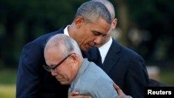 美國總統奧巴馬5月27日在日本廣島原爆炸紀念公園慰問一名原爆生還者。