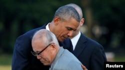 بارک اوباما حین دیدار از یادگار صلح در هیروشیمای جاپان یکی از نجات یافتگان حادثه بمب اتومی را در آغوش گرفت.