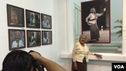 Em Theay poses for photos at the book launch and photo exhibit at National Museum in Phnom Penh, November 1, 2015. (Photo: Phorn Bopha/VOA Khmer)