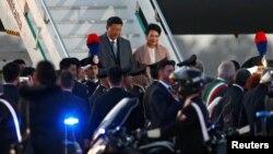 Presiden China Xi Jinping dan ibu negara Peng Liyuan tiba di bandara Fiumicino, Itali dalam perjalanan menuju Roma, Kamis (21/3).