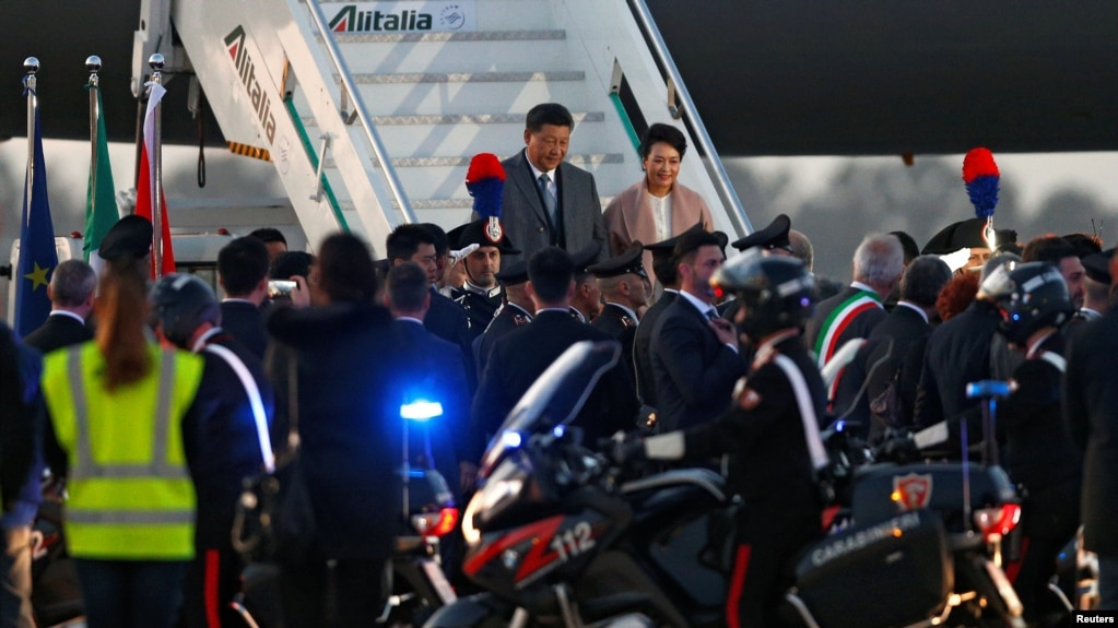 Chủ tịch Trung Quốc Tập Cận Bình và phu nhân Bành Lệ Viện tới sân bay Fiumicino trước chuyến thăm Rome và thủ phủ Palermo của đảo Sicily, ở Rome, Ý, ngày 21 tháng 3, 2019.