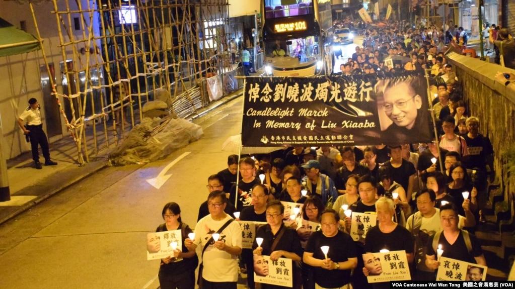 香港悼念刘晓波烛光静默游行 (资料照,美国之音汤惠芸拍摄)