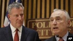 دل بلاسیو، شهردار نیویورک (چپ)