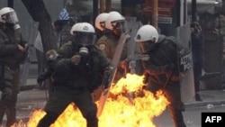 Bom xăng phát nổ gần cảnh sát chống bạo động tại Athens, ngày 15/12/2010
