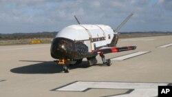 Tras estar meses en órbita, el X-37B puede regresar a la Tierra y descender en una pista como cualquier avión.