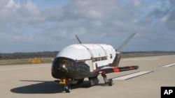 Pesawat ulang alik X-37B saat diuji coba di lokasi Astrotech di Titusville, Florida (Foto: dok). Angkatan Udara Amerika telah meluncurkan peluncuran pesawat ulang alik tak berawak yang merupakan penerbangan ketiga lewat uji coba militer rahasia dari Cape Canaveral, Florida (11/12).
