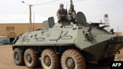Militan Islamis Mali Utara menaiki sebuah tank yang ditinggalkan oleh tentara Mali dekat bandara Gao (foto: dok).