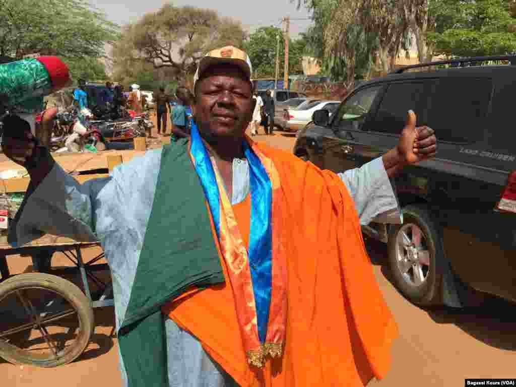 Un militant de l'opposition devant le siège du MNSD, Niamey, 16 mars 2016. (VOA/Bagassi Koura)