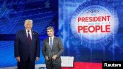 Predsjednik SAD Donald Trump i voditelj televizije ABC Džordž Stefanopulos na skupu u Filadelfiji