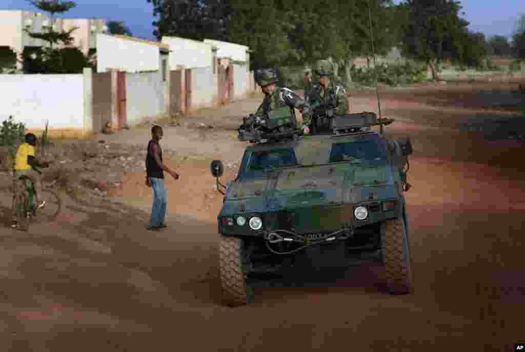 法国士兵2013年1月24日在萨瓦尔巡逻后返回