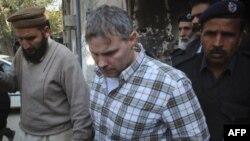 Cảnh sát Pakistan đưa nhà ngoại giao Hoa Kỳ ra khỏi tòa án sau khi gặp một thẩm phán ở Lahore ngày 28 tháng 1, 2011. Báo chí Pakistan nói nhà ngoại giao Mỹ này là ông Raymond Davis.