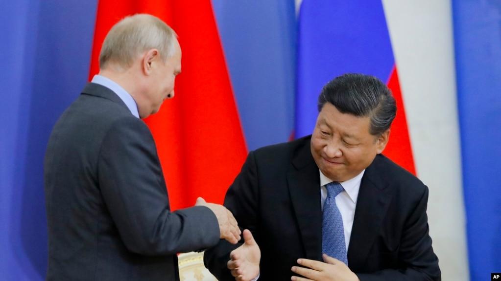 中国国家主席习近平6月6日在圣彼得堡出席接受圣彼得堡国立大学名誉博士学位仪式。俄罗斯总统普京与习近平握手。