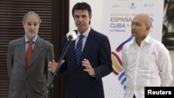(L to R) Spain's ambassador to Cuba, Francisco Montalban; Spain's minister of industry, energy and tourism, Jose Manuel Soria; and Spain's secretary of state for commerce, Jaime Garcia-Legaz, attend a news conference in Havana, July 7, 2015.