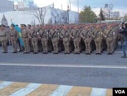 5月4日,哈萨克斯坦军队等待进入莫斯科红场 (美国之音白桦拍摄)