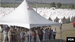Para pengungsi Suriah melakukan shalat berjamaah di kamp Boynuyogun, Turki (17/6). Turki menampung lebih dari 10 ribu pengungsi Suriah.
