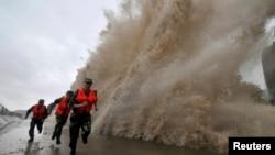 """台风""""菲特""""肆虐,中国军人抢险。"""