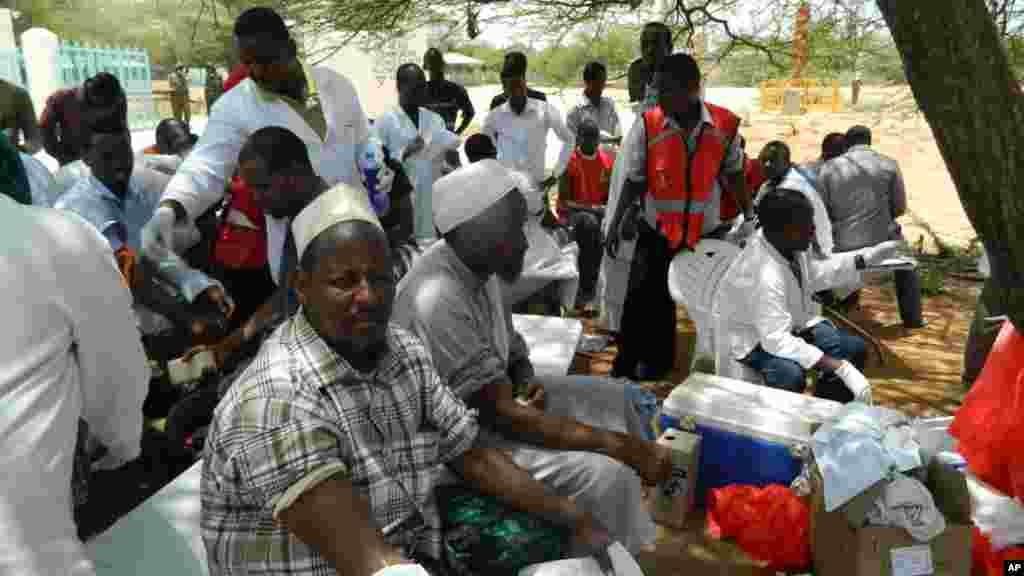 Wananchi wa Garissa wakisubiri kuchangia damu katika hospitali ya Garissa ambako wengi waliojeruhiwa wamelazwa