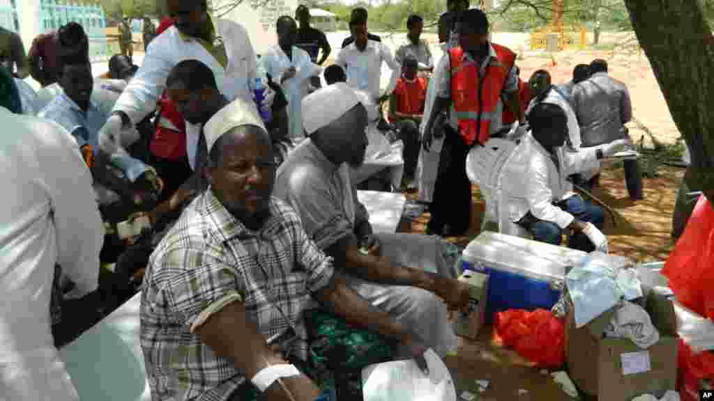 Les habitants de Garissa donnent leur sangà l'hôpital de Garissa pour les vicitmes de l'attaque de Shabaabs contre l'université de Garissa, jeudi 2 avril 2015.