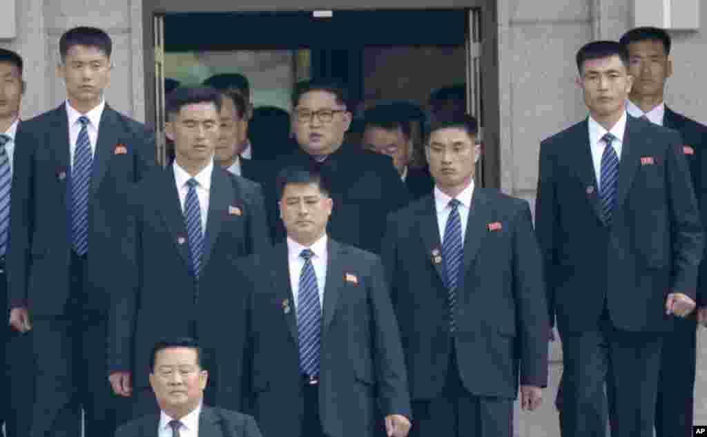 Shugaba Kim Jong Un tare da dogarawansa a lokacin da ya iso taron a garinPanmunjom ta bangaren kasarsa.