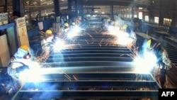 中国江苏省连云港一家工厂的工人们在焊接一个工件。(2021年8月27日)