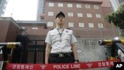 Cảnh sát canh gác bênh ngoài cổng chính của đại sứ quán Nhật Bản ở Seoul, Hàn Quốc