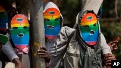 Gays e lésbicas usam máscaras numa manifestação (foto de arquivo)