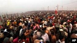 Jutaan umat Hindu berkumpul di Sangam, pertemuan Sungai Gangga, Yamuna dan mitos Saraswati di hari pertama Maha Kumbh Mela, di Allahabad, India, Senin dini hari (14/1).