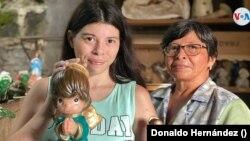 Bertha Amaya junto a su mamá Lucila Bertha Lezama. Foto Donaldo Hernández, VOA.