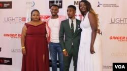 Beberapa bintang yang bermain dalam film 'Watu wote' berpose bersama dalam pemutaran perdana di Nairobi, Kenya. (R. Ombuor/VOA).