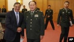 베이징에서 열린 회담을 앞두고 량광례 중국 국방장관과 악수하고 있는 리언 파네타 미국 국방장관(왼쪽).