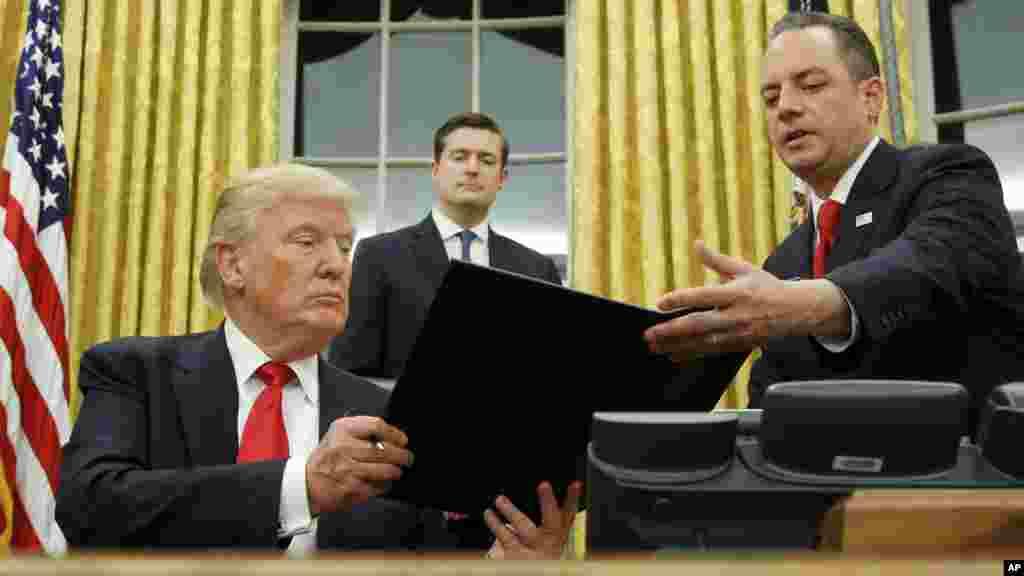 """Donald Trump signe un premier décret contre la loi d'assurance santé """"Obamacare"""" de son prédécesseur, ordonnant à son administration d'accorder le plus d'exemptions possibles à la réforme de 2010, détestée des conservateurs pour son coût et sa lourdeur, e"""