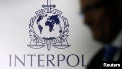 Logo Interpol di sebuah fasilitas riset di Singapura. (Foto: Dok)