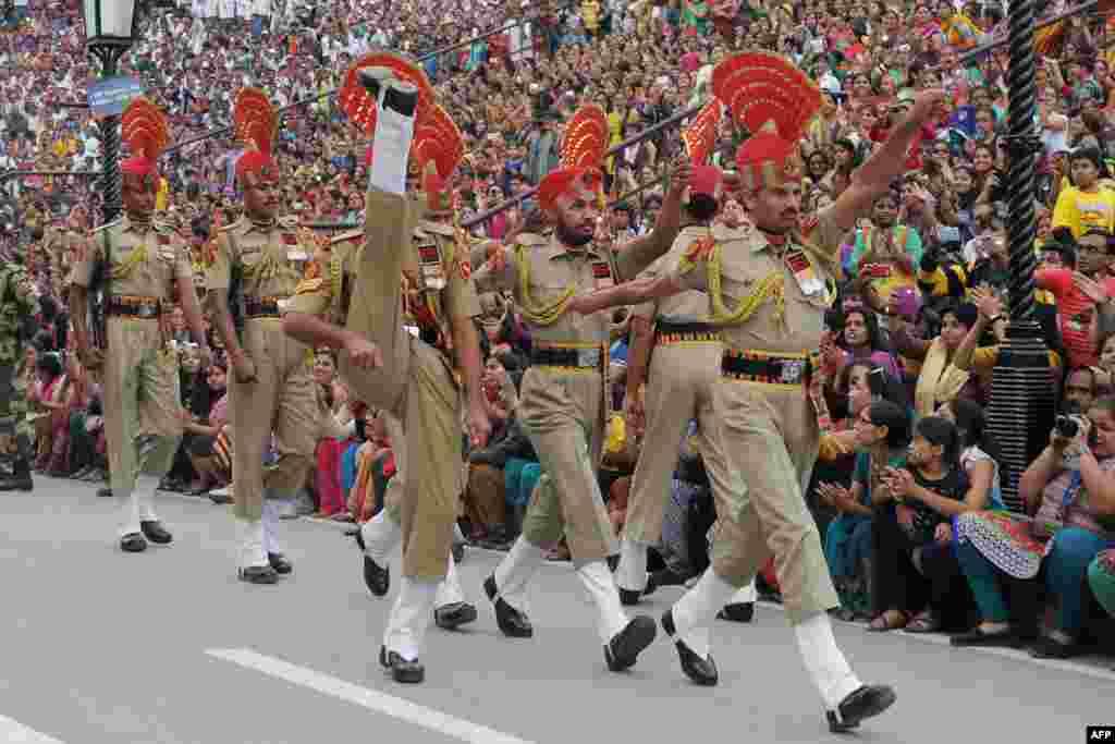 Forças de Segurança da Fronteira Índia marcham na cerimónia anual chamada Wagah Border Post indo-paquistanesa, chamando a atenção de milhares de turistas. 4 Nov. 2014