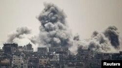 Khói bốc lên sau một cuộc không kích của Israel ở phía đông thành phố Gaza, ngày 27/7/2014.