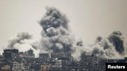 Asap membumbung dalam serangan Israel di timur Gaza, 27 Juli 2014.