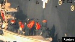 이란혁명수비대(IRGC) 대원들로 추정되는 이들이 소형 선박을 타고 코쿠카 코레이저스호에 부착됐던 미폭발 부품을 제거하는 모습을 미 국방부가 17일 공개했다. (자료사진)